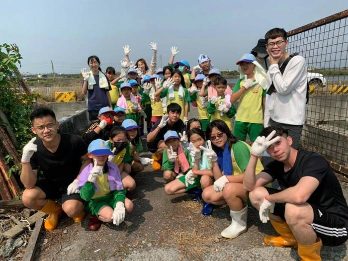 The USR project brought nearby aquaculture industry and school together and educated young kids on the concept of a friendly fishing environment.